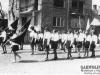 Pochód 1-wszo majowy ul. Kościuszki w Garwolinie. Rok wykonania, nieznany. Archiwum Barbary Witczak-Witaczyńskiej