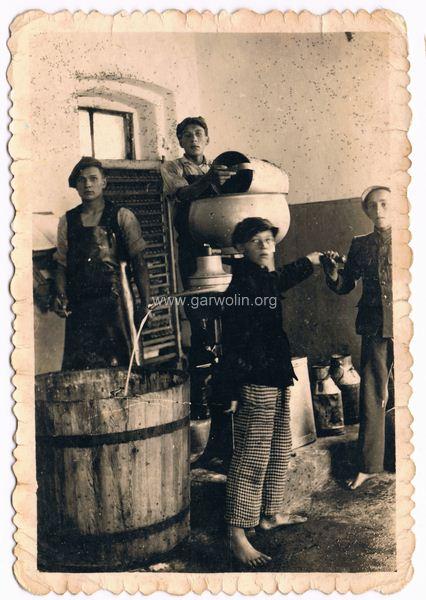 Górzno zlewnia mleka, lata 40-te. Ze zbiorów Romana Talarka