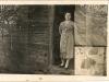 Marysia Fronczyk (z domu Walenda) w drzwiach domu babci Agnieszki i dziadka Felka. Ze zbiorów Barbary Tukendorf