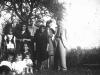 8. Rodzina Koronków. Stoją od lewej Genowefa Koronka, x, Władysław Koronka, Jadwiga Rękawek, x, Janina Rękawek, x,x, Siedzą Ewa Rękawek. Zdjęcie udostępnił M. Tomaszek