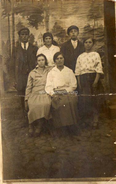 Mieszkancy Pilawy, od lewej Stefan Rychlewski, Władysława Syga z d. Grzegrzółka, NN, Marianna Kędziorek z d. Sokół, nn, nn. Ze zbiorów Krzysztofa Gawrysia