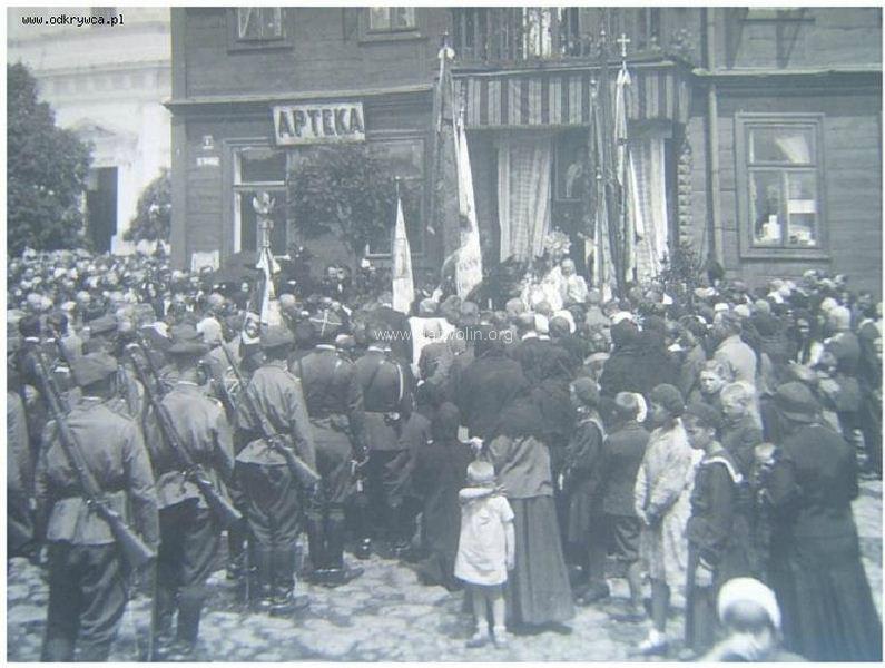 67. Ołtarz polowy, ul. Krótka (pod filarami). Źródło odkrywca.pl