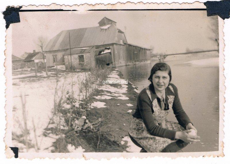 3. Kobieta nad rzeką za młynem. Ze zbiorów r. Filipek