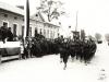 48. Defilada ul. Kościuszki, w tle budynek magistratu. Obecnie w tym miejscu znajduje się Urząd Paracy. Źródło internet.