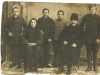 97. Rodzina p. Laskowskich z uczniami (czeladnikami) - może ktoś rozpozna te dzieci. Zdjęcie udostępnił p. Tadeusz Wiśnicki