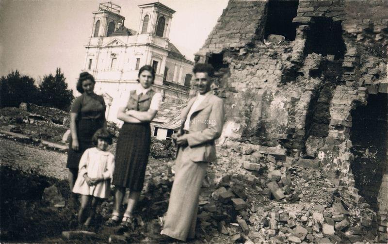 43. Mieszkańcy na ruinach Garwolina. Ze zbiorów r. Filipek
