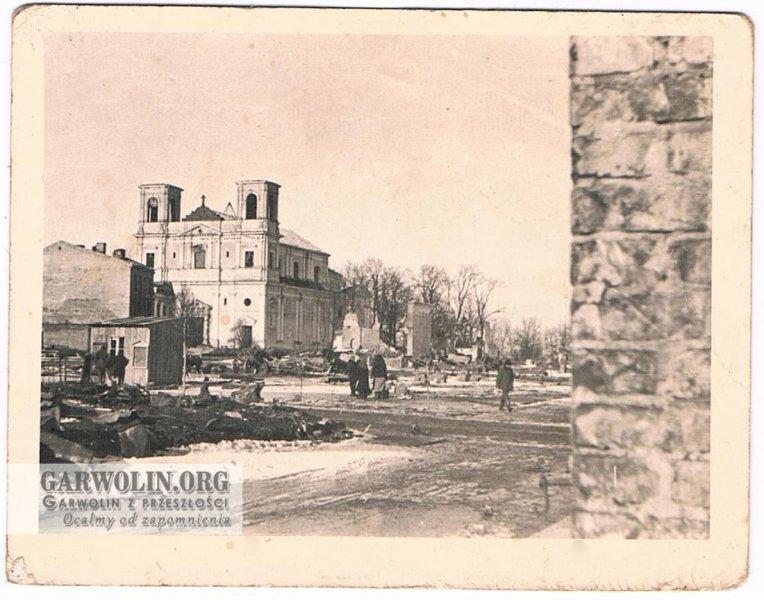 """125. Kolejna fotografia przedstawiająca kościół, ze zbiorów p. Antoniego Skurnat. Fotografia podpisana """"Garwolin 9 IX 1940"""" Czyli wykonana w równo rok po tym jak na Garwolin spadły bomby. Lecz nie pasuje nam śnieg który jest widoczny na fotografii. Możemy zakładać że fotografia została wykonana w zimie 1939-40, a wysłana we wrześniu 1940. Zdjęcie ze zbiorów p. Antoniego Skurnat"""