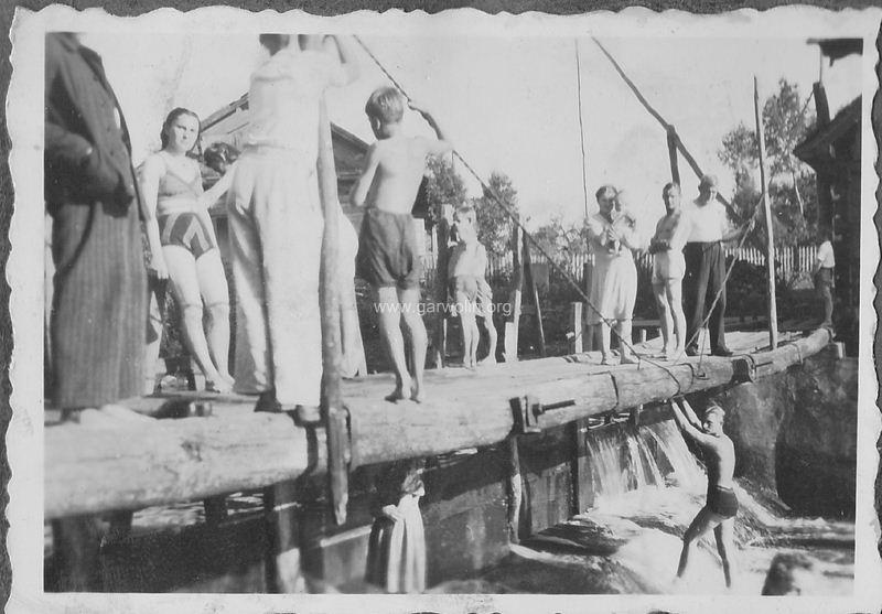 104. Stary drewniany młyn w Leszczynach Garwolin 1943. Archiwum rodzinne J.J.Stefańczyk-ów