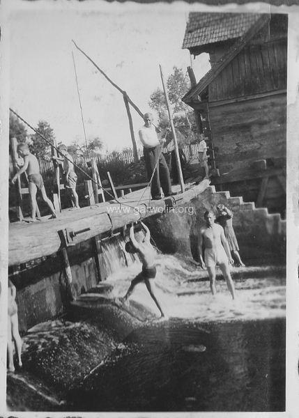105. Stary drewniany młyn w Leszczynach Garwolin 1943. Archiwum rodzinne J.J.Stefańczyk-ów