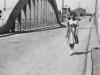 48. Kobieta na moście. Ze zbiorów r. Filipek