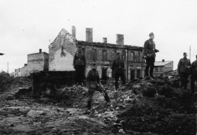 66. Żołnierze niemieccy na ruinach Garwolina. Ze zbiorów Barbary Witaczyńskiej