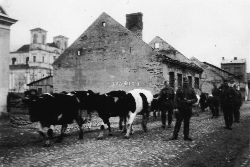 69. Żołnierze niemieccy na ruinach Garwolina, ul. Wolna. Ze zbiorów Barbary Witaczyńskiej