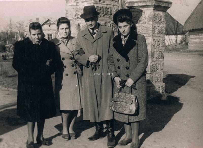26. Rodzina przy bramie wejściowej na cmentarz. Ul. Cmentarna. Ze zbiorów rodziny Piesiewiczów