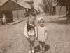 124. Dwie dziewczynki w Garwolinie na ul. Wolnej. Flaga na budynku może oznaczać wyzwolenie Polski w 1945r. Zdjęcie udostępnił Smayko
