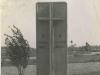 142. Fotografia przedstawiająca pomnik przy moście nad rzeką Wilgą w Garwolinie. Znalezione na jednym z portali aukcyjnych