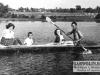 """129. """"Taka flota wypływała latem od pana Zalewskiego. Widok tuż przy moście na błonie w kierunku Zawad. Na zdjęciu od lewej: Teresa Lis, Edward Korona, Lucyna Sakowska, wioślarz nieznany - rok 1950"""" Nadesłał E. Korona"""