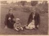 102. Wypoczynek na łące babci Justyny. W tle stodoły na ul. Mazowieckiej. Udostępniła Justyna Kalińska.