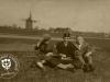 """Trzech młodzieńców na polach przy wiatraku i gospodarstwie na tzw """" ?????? """""""