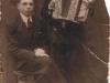 4. Kazimierz Jedynak (po prawo), mieszkaniec Garwolina, harmonijkarz, ze swoim synem Henrykiem. Zdjęcie udostępniła p. Katarzyna Garwolińska