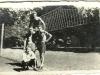 91. Boisko do siatkówku w parku w Miętne. Z czupryną po lewej Andrzej Popiński, na samej górze Kazimierz Wotjaś. Zdjęcie udostępnił Marek Popiński