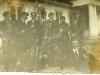 Mężczyźni przed budynkiem Szkoły Rolniczej w Miętnem w latach 30-tych. Zdjęcie udostępnił Krzysztof Siarkiewicz. Ze zbiorów p. Wojtaś z Miętnego — w: Mietne