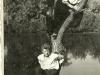 94. Staw w parku w Miętnem. W białej koszuli u góry - Jan Mucha, na dole Andrzej Popiński. Zdjęcie z końca lat 50-tych - Zdjęcie udostępnił Marek Popiński