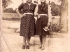 90. Koło mostu - dwie kobiety. Zdjęcie będzie jeszcze opisywane. Udostępniła p. Sztarbała