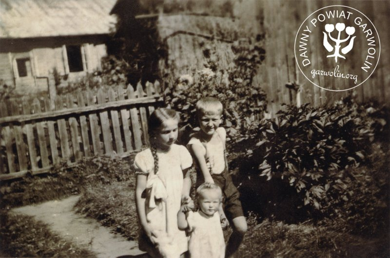 Po lewo Krystyna Brzostek z d. Dobrowolska, obok niej Władysław Flak, a poniżej Grażyna Sewruk. Zdjęcie wykonane w Garwolinie na posesji przy ul. Staszica w lipcu 1944 roku.