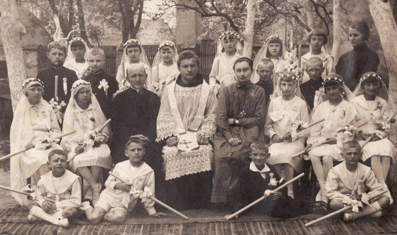30. Ryszard Gontarski, siedzi pierwszy z prawej - I Komunia Święta, 1930 rok. Niestety nie wiadomo w jakiej parafii - może ktoś rozpozna? Udostępnił Michał Gontarski
