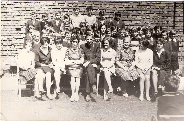 9. Grono pedagogiczne szkoły w Rudzie Talubskiej z uczniami, ok. 1965 roku. Zdjęcie udostępniła B. Kisiel