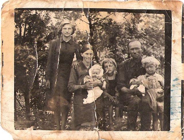 12. Marianna (siostra Stanislawa Walendy) i Wiktor Zabieglińscy z dziećmi - od lewej Helena, Celina, Regina, Stanisław - 1941. Zdjęcie udostęniła B. Kisiel