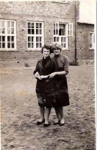 13. Przed szkołą, nauczycielki - Krystyna Krzyspiak (Mikulska), Jadwiga Bajera (Kęsik). Zdjęcie udostęniła B. Kisiel
