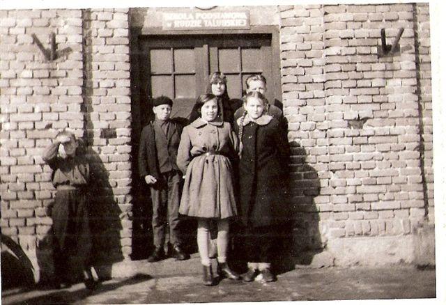 14. Przed szkołą w Rudzie Talubskiej - r.1960, Jadwiga Bajera (Kęsik) z uczniami. Zdjęcie udostępniła B. Kisiel