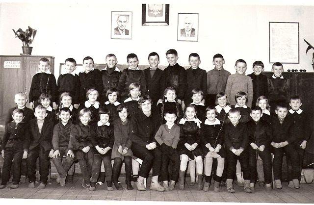 16. Szkoła w Rudzie Talubskiej, ok.1964 roku - klasa z p. Jadwigą Kęsik (Bajera), obok niej mały Marek Chciałowski, obecny starosta. Zdjęcie udostępniła B.Kisiel