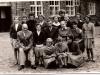 10. Grono pedagogiczne szkoły w Rudzie Talubskiej z uczniami, rok 1960. Zdjęcie udostępniła B. Kisiel