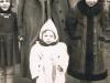 Stanisława Sekuła z d. Mućko z dziećmi przed swoim domem przy ul. Kościuszki w Garwolinie