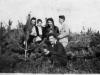 Rok 1946. Unin. Stoją od lewej - Genowefa Piesiewicz (z Garwolina), Irena i Julia Grabowskie (Julia później Domarecka), Tadeusz Zalewski (z Garwolina), poniżej - Józef Domarecki Fotografie ze zbiorów E. Domareckiej