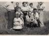 Rok 1952. Unin. Tu rozpoznałam tylko Teklę Górską (stoi, ubrana na czarno), ja siedzę na kolanach u ojca - Józefa Domareckiego, siostra Hania siedzi na kolach u kobiety pierwszej z lewej.Fotografie ze zbiorów E. Domareckiej