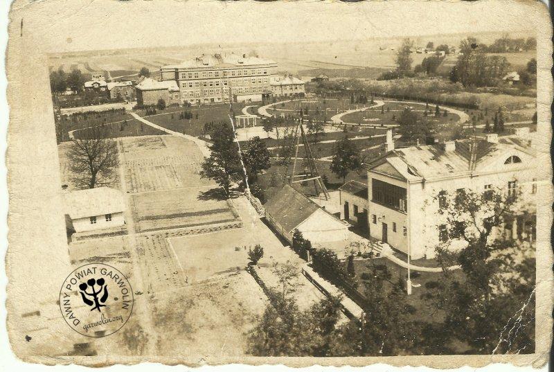 Widok z wieży kościelnej na plebanię (siedzibę starosty niemieckiego) już po remoncie w czasie okupacji. Pięknie zagospodarowane ogrody i budynek szkoły przy obecnej Żwirki i Wigury.