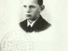 Legitymacja harcerska z lat 30. z podpisem drużynowego drużyny w Trąbkach Wincentego Okonia, późniejszego profesora pedagogiki. Źródło ZHP Garwolin