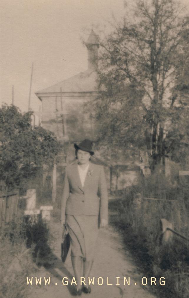 kobieta na cmentarzu