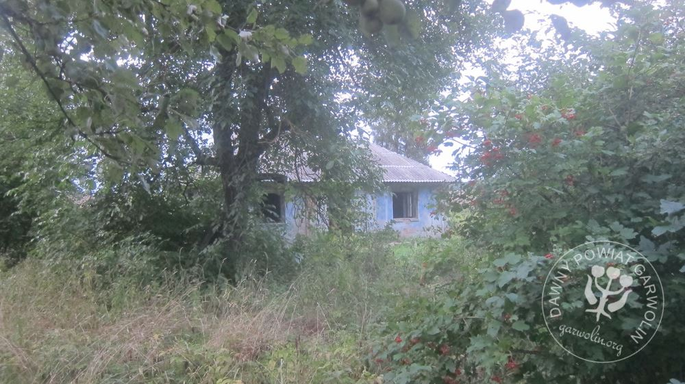 """Ostatni opuszczony dom w sąsiedztwie. W kamiennej rozecie data 1936r i inicjałami""""KB""""."""