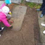 Porządkowanie grobów na garwolińskim cmentarzu