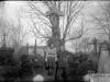 SZABO_STANASZEK_negatyw035 (garwolin.org) | Aniela Szabo zd. Bagińska z NN na cmentarzu w Garwolinie.