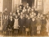 Izdebno rok 1940, zdjęcie przed szkołą. Fotografie udostępniła p. Barbara Tukendorf
