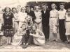 Wesele Zofii Kędziorek z Izdebnika, zdjęcie z około 1955 roku. Na zdjęciu Maria, Antonina, Stanisław Kędziorek z Izdebna. Ze zbiorów Barbary Tukendorf