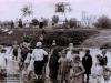 123. Dzieci podczas niemieckiej okupacji moczą nogi w rzece Wildze. W tle kościół bez wież, ale już z daszkami. Zdjęcie udostępnił p. Dariusz - Dziękujemy!
