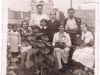 4. Rodzina na tle kościoła. Ze zbiorów r. Filipek