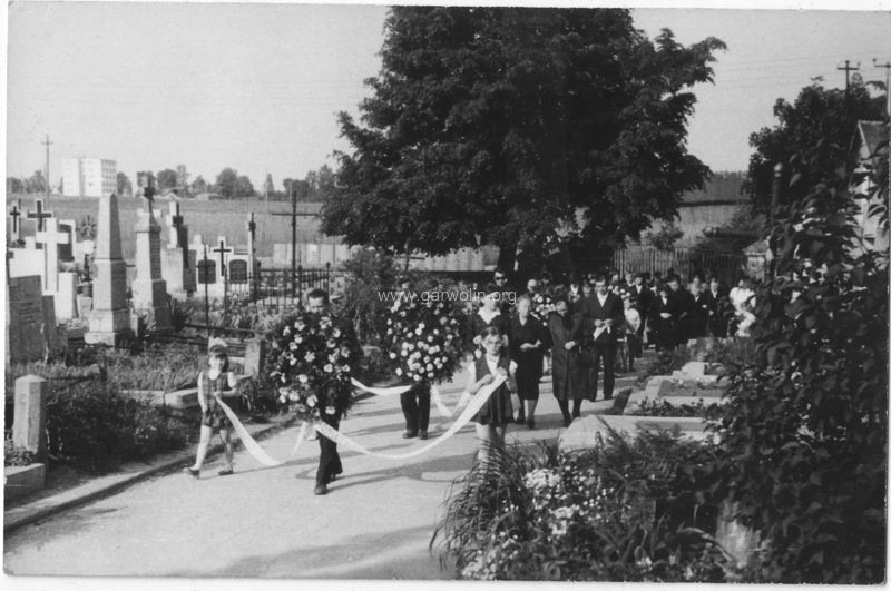 61. Pogrzeb na cmentarzu parafialnym w Garwolinie. W tle widzimy pola na miejscu których dziś jest osiedle Romanówka. Fotografia ze zbiorów rodziny Budzińskich
