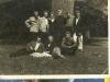 93. Pod dębakiem w parku - gitowcy miętniejszcy. Drugi z prawej od góry - Andrzej Popiński, pierwszy z lewej u dołu - Kazimierz Wojtaś, w środku u dołu - Jan Kowalczyk. Zdjęcie udostępnił Marek Popiński